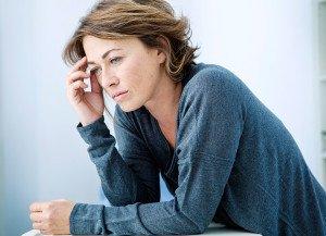 Donna depressa a causa di cambiamenti e sbalzi di umore