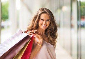 Ragazza sorridente con le borse dopo la fine di una relazione