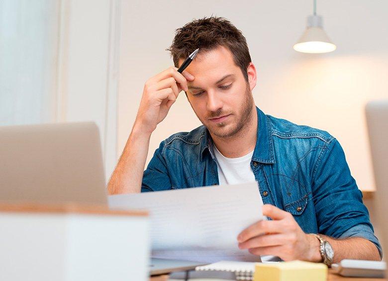 Ragazzo in ufficio concentrato a leggere