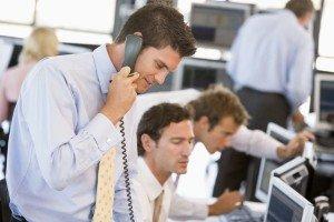 Lavoratore sotto stress mentre parla al telefono