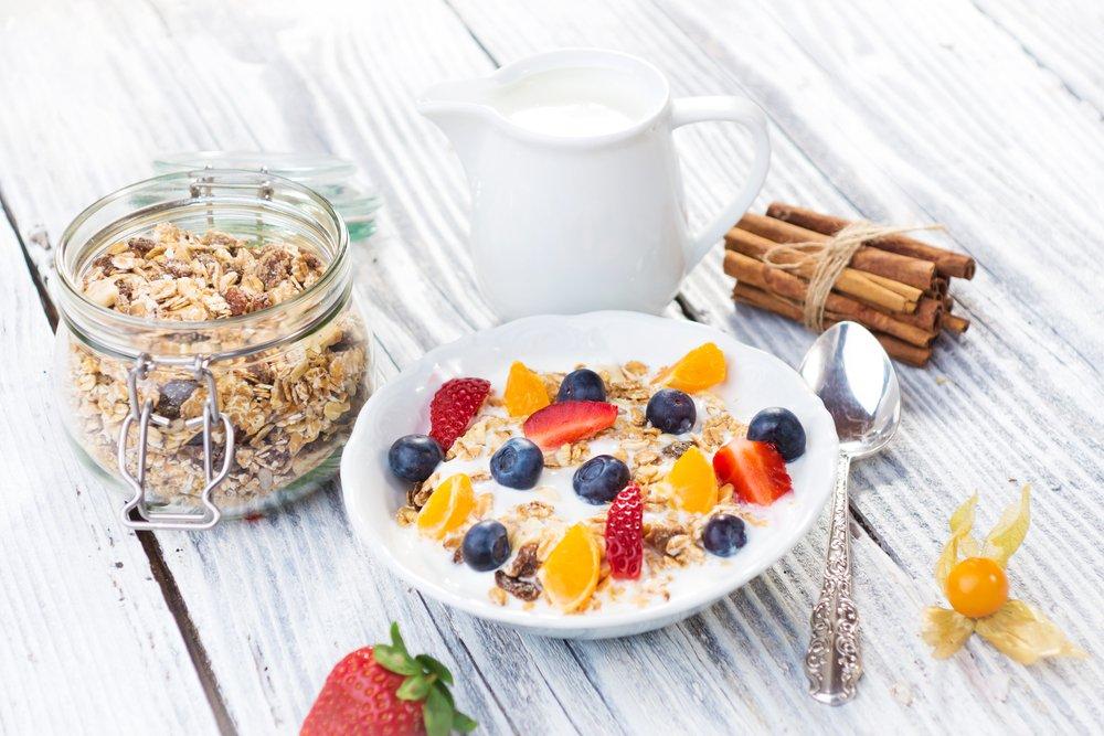 Colazione con musli, frutta fresca e latte