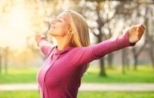 Ragazza respira felice all'aria aperta