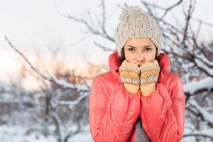 Ragazza si copre per il freddo in inverno