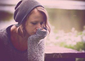 Ragazza triste per il disturbo affettivo stagionale