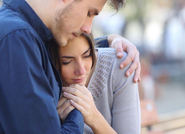Ragazzo consola la fidanzata abbracciandola