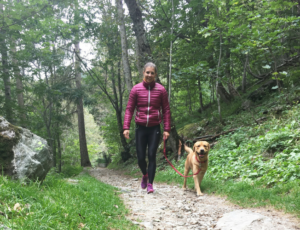Greta Laurent a passeggio nei boschi con il cane