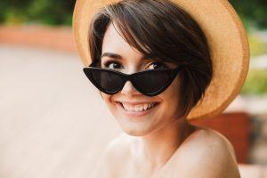 ragazza felice con occhiali da sole in estate