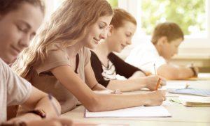 Ragazza di buonumore scrive a scuola