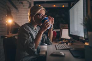 donna in ufficio per difendersi dallo stress cronico