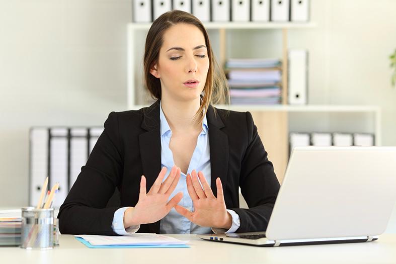 donna nervosa e stressata in ufficio