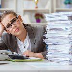 donna in ufficio con sovraccarico di lavoro