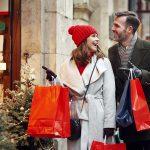 coppia fa shopping natalizio