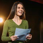 Stress e stanchezza? La teatroterapia li combatte con la recitazione.